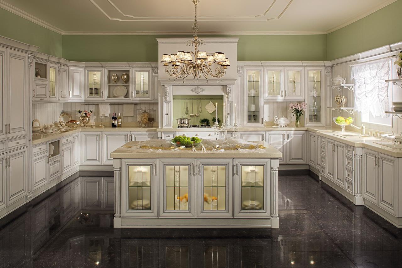 Бело-зеленая классическая кухня с островом
