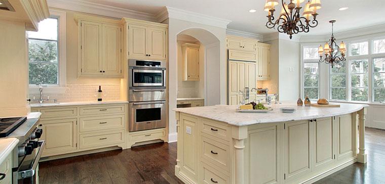 Бежево-белая кухня с островом в классическом стиле