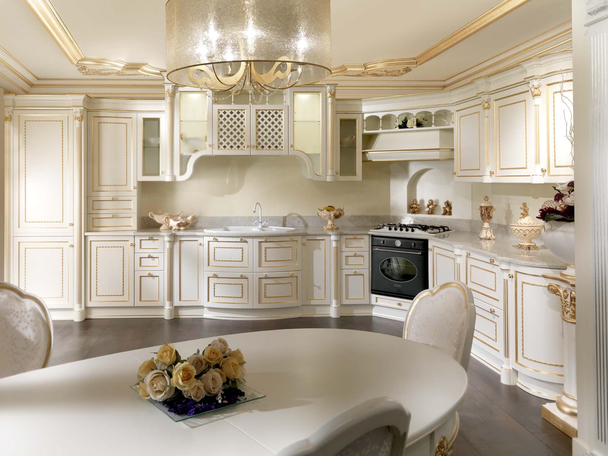 Красивая угловая кухня в классическом стиле с обеденным столом