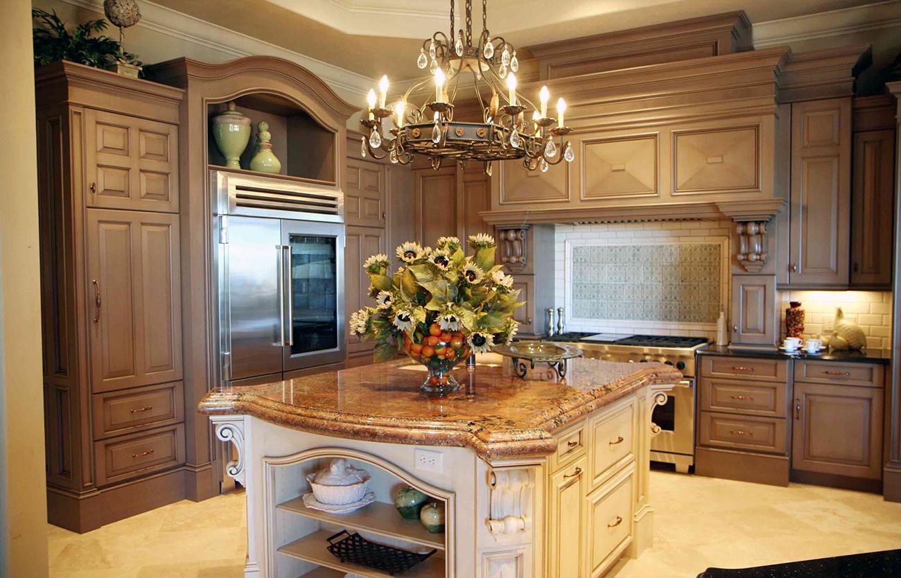 Классическая кухня с островом с каменной столешницей