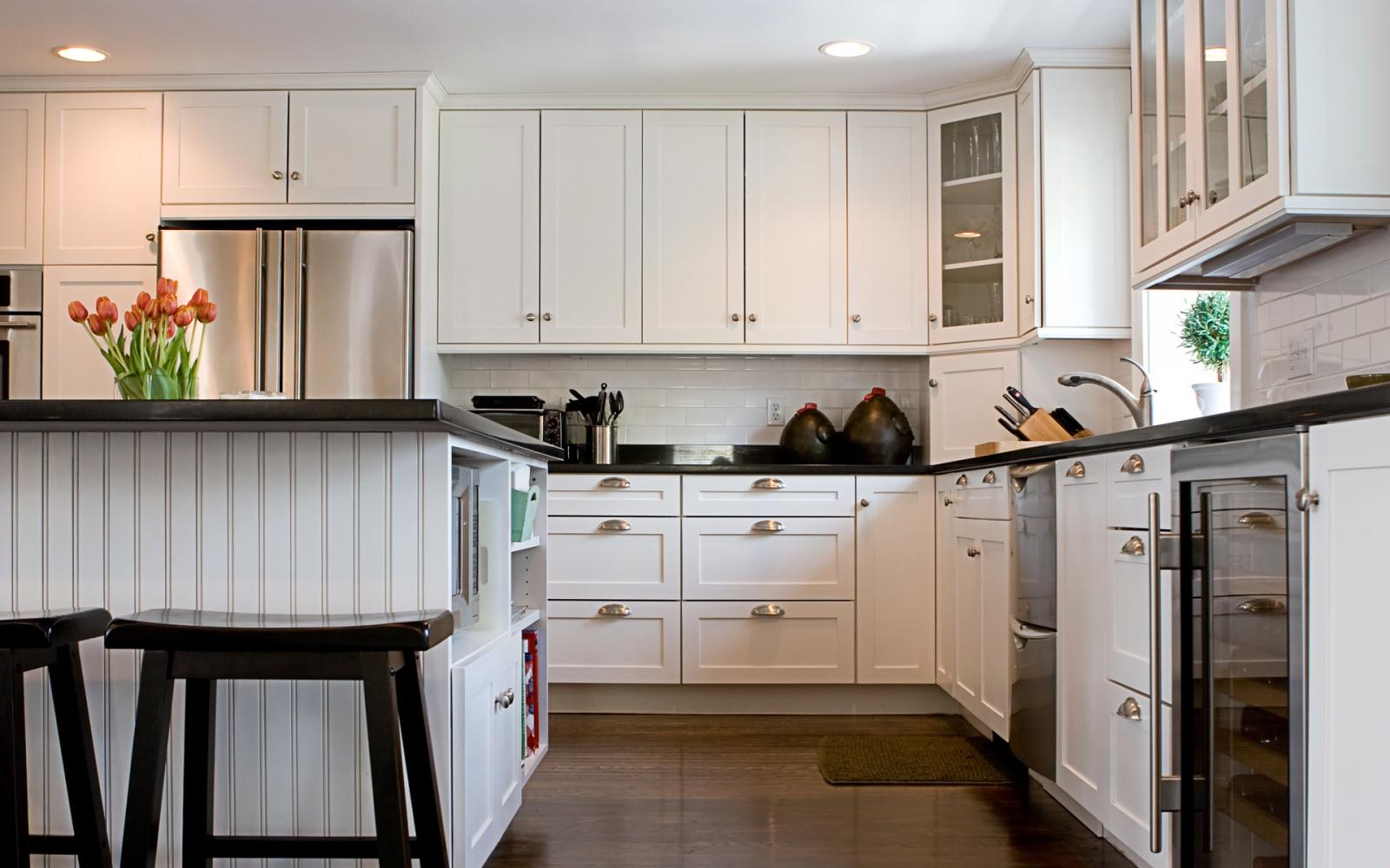 Черно-белая кухня в классическом стиле с островом