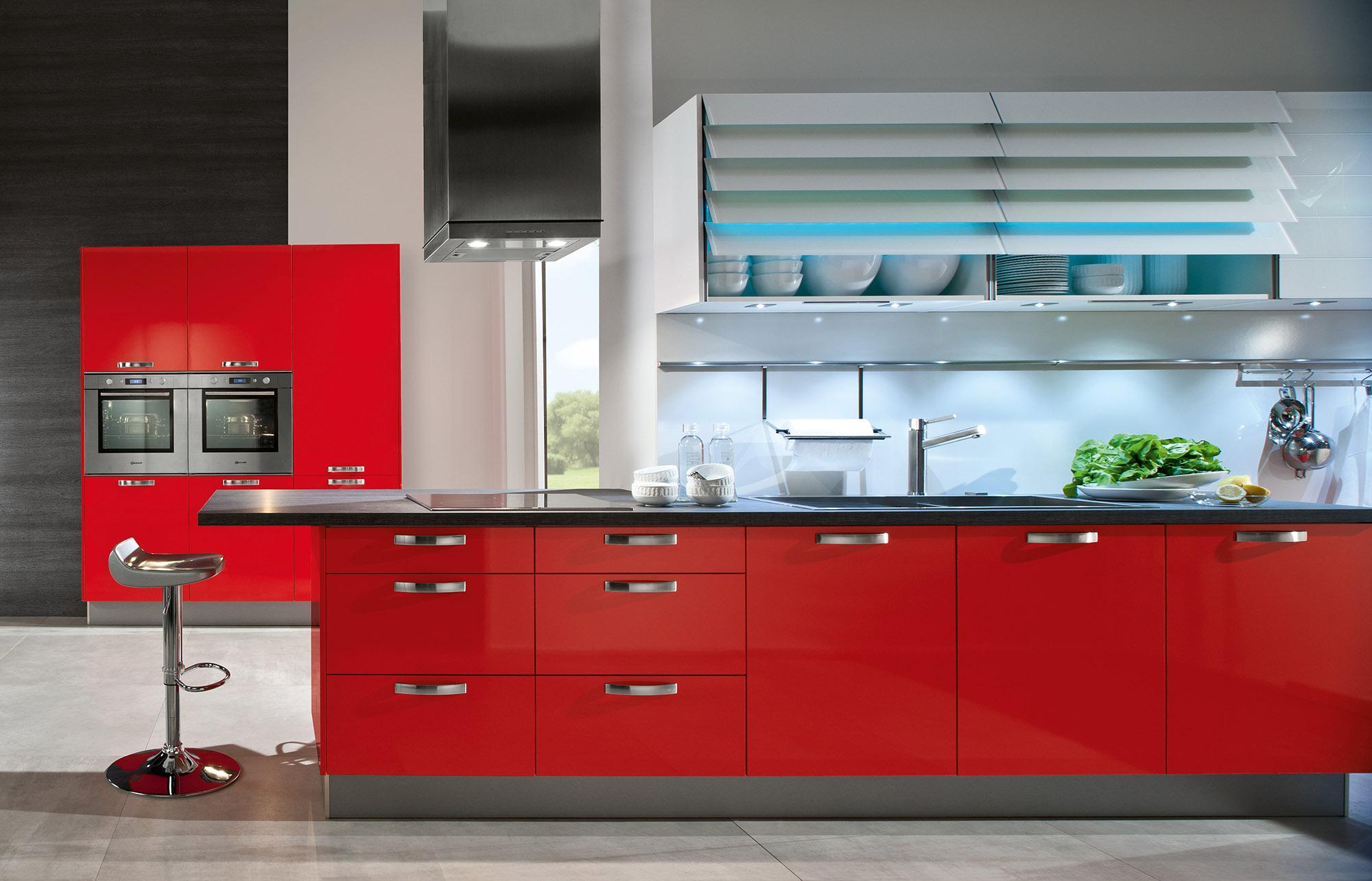 Современная красная кухонная мебель