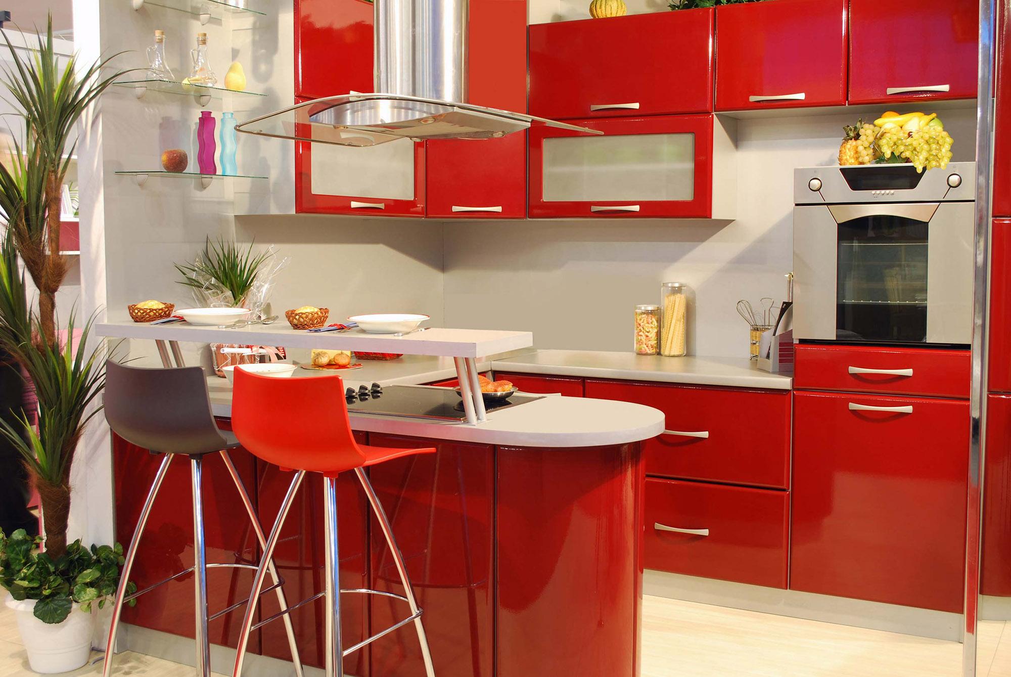 Красно-белая кухня с барной стойкой