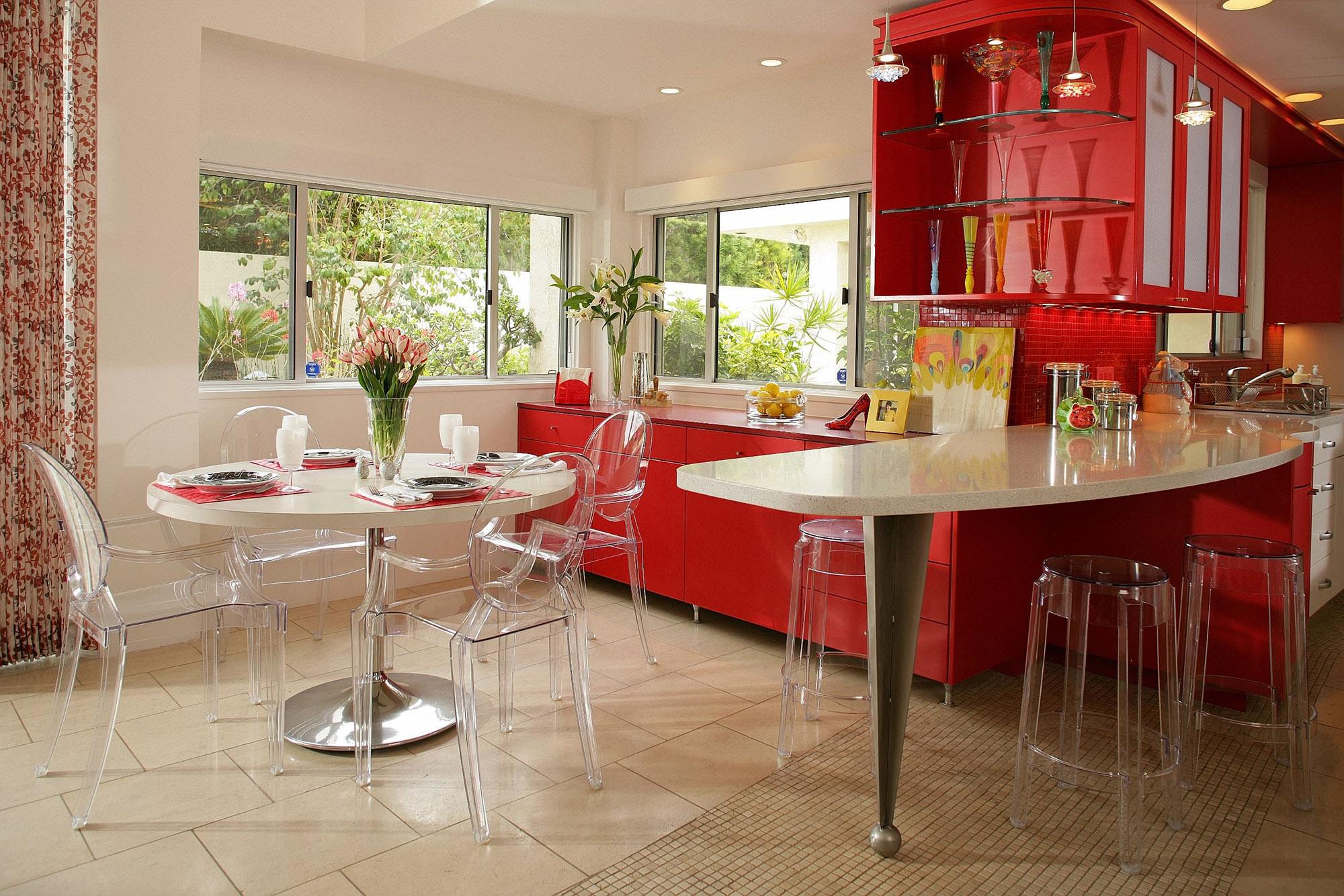 Сочетание красного, кремового и белого цветов в интерьере кухни