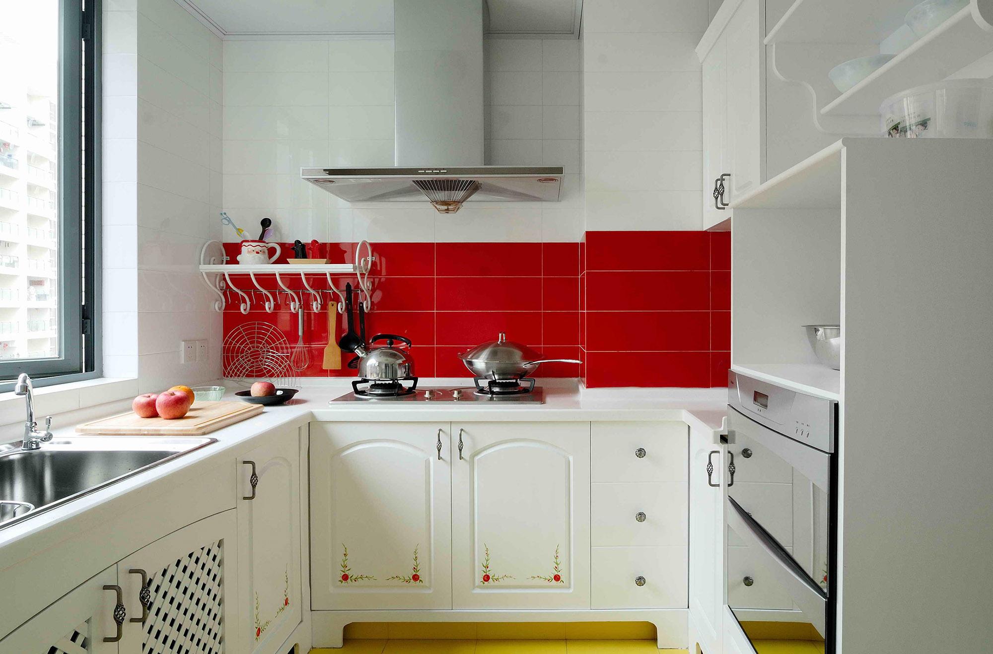 Красно-белая кухня с деревенскими акцентами