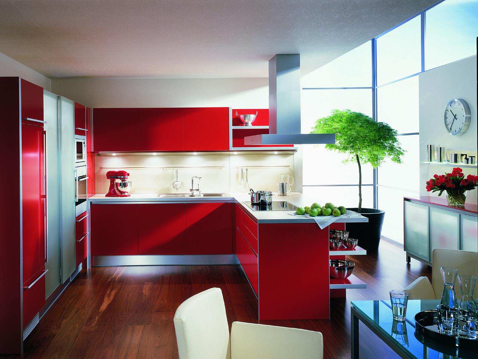 Красный кухонный гарнитур оживляет пространство кухни