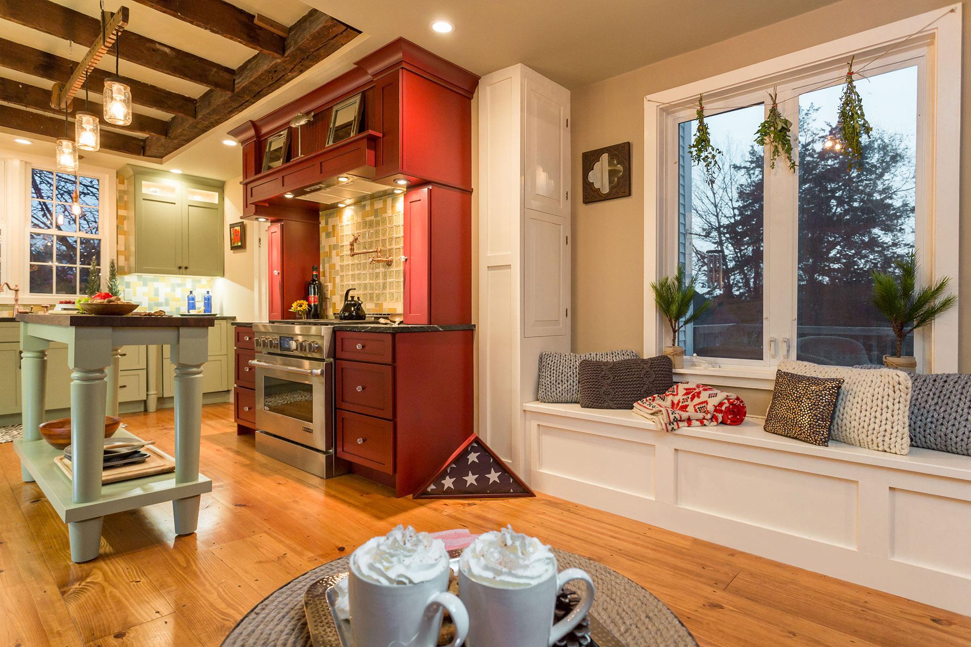 Красный гарнитур как яркий акцент на кухне