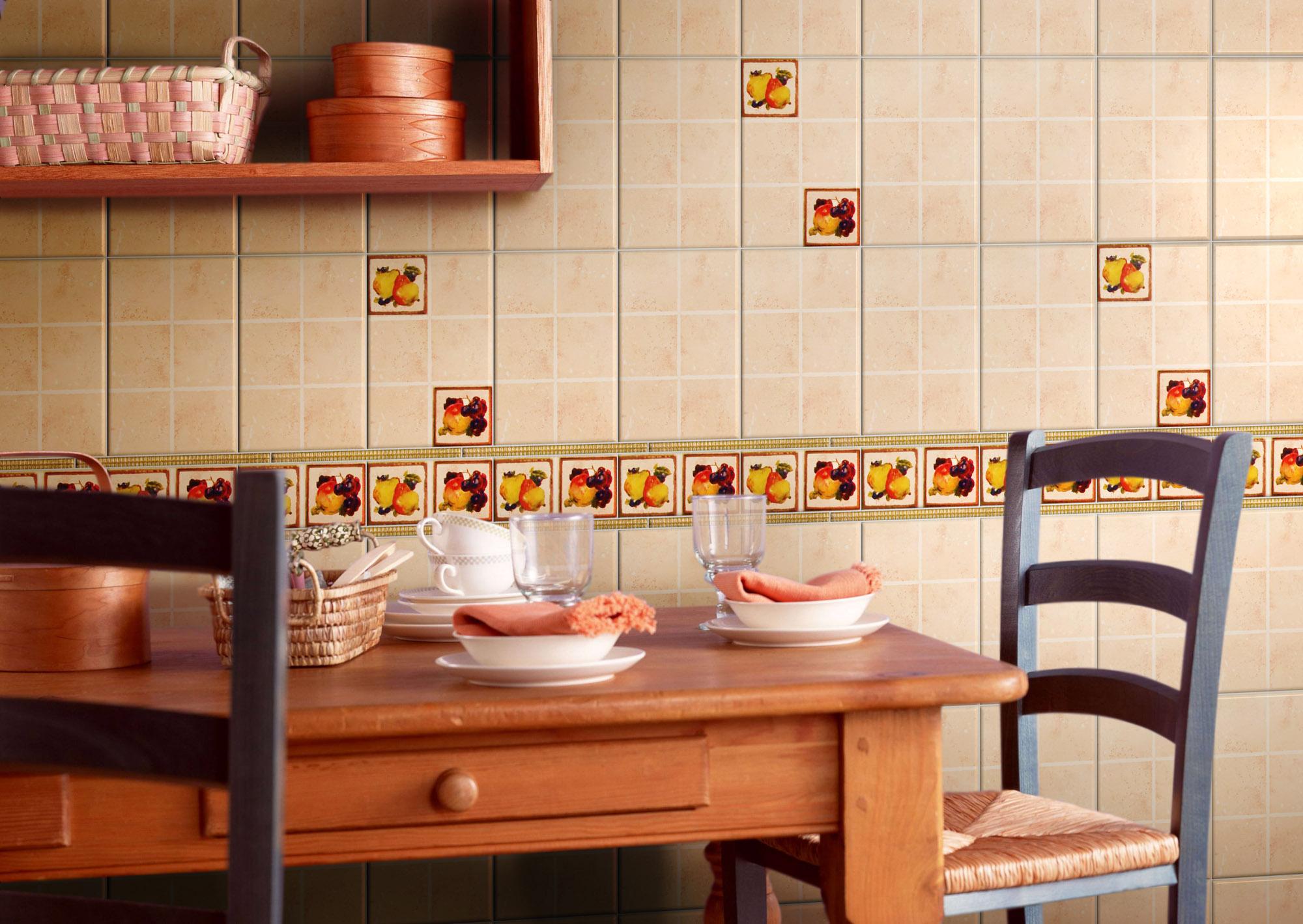 Бежевая и разноцветная плитка на стене кухни