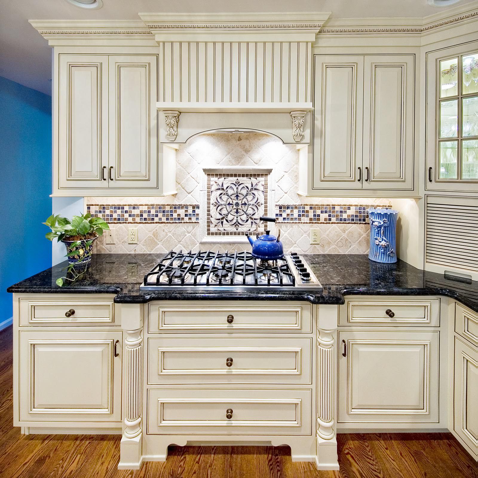 Сочетание мозаики и обычной плитки на кухне