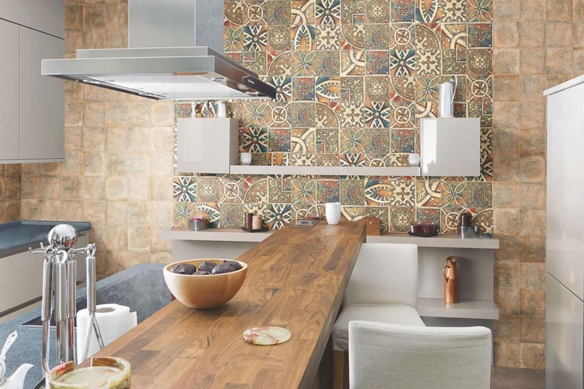 Комбинирование узорчатой и однотонной плитки на кухне