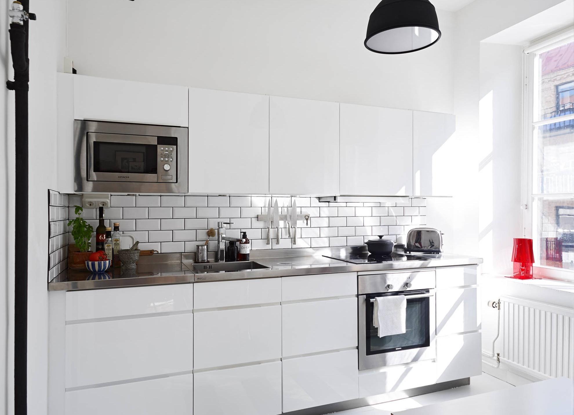 Фартук из белой глянцевой плитки на кухне
