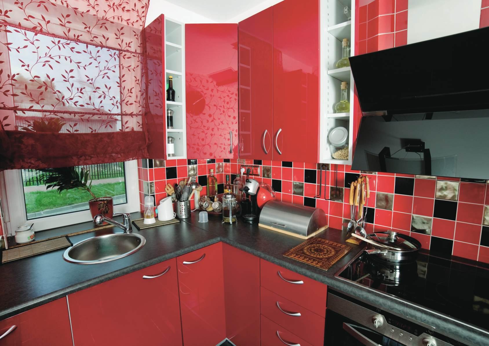 Красно-черный кухонный фартук из глянцевой плитки