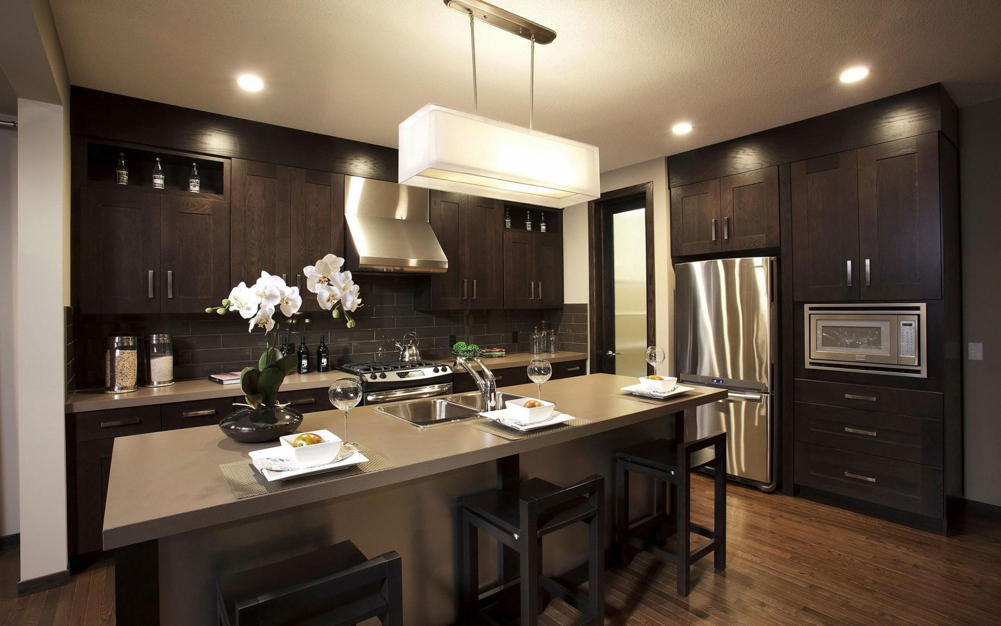 Прямоугольная люстра и точечные светильники на кухне