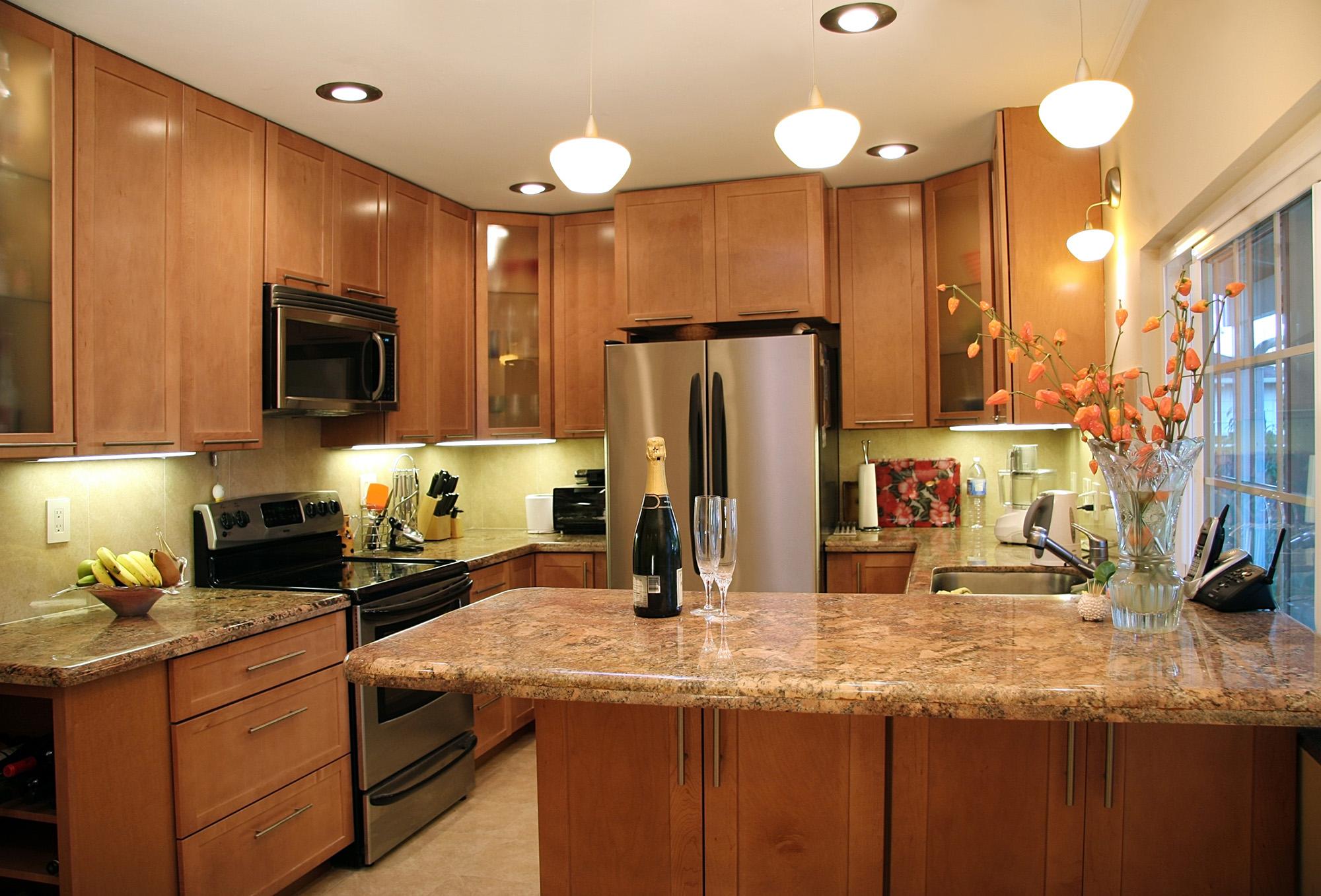 Яркое освещение кухни