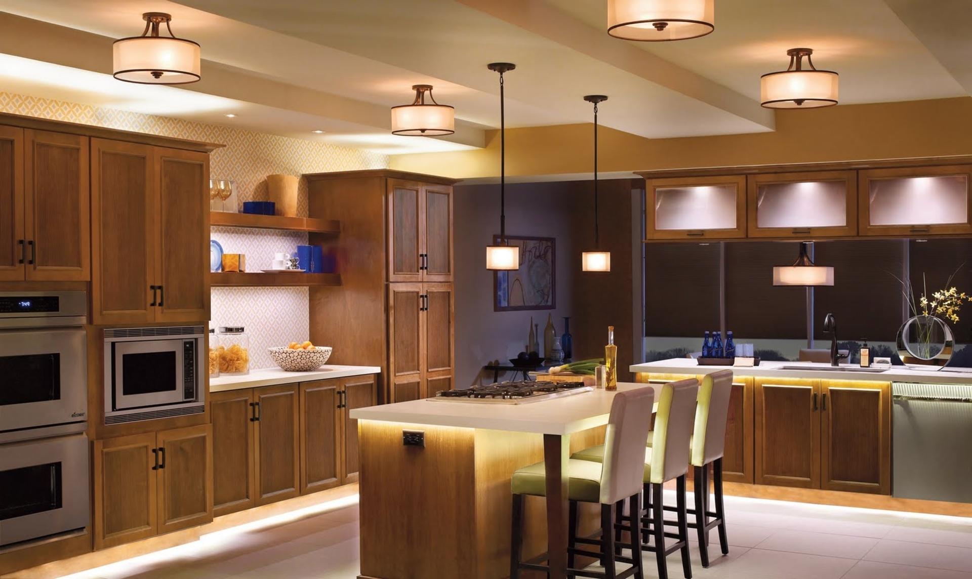 Обилие люстр и светодиодная подсветка на кухне