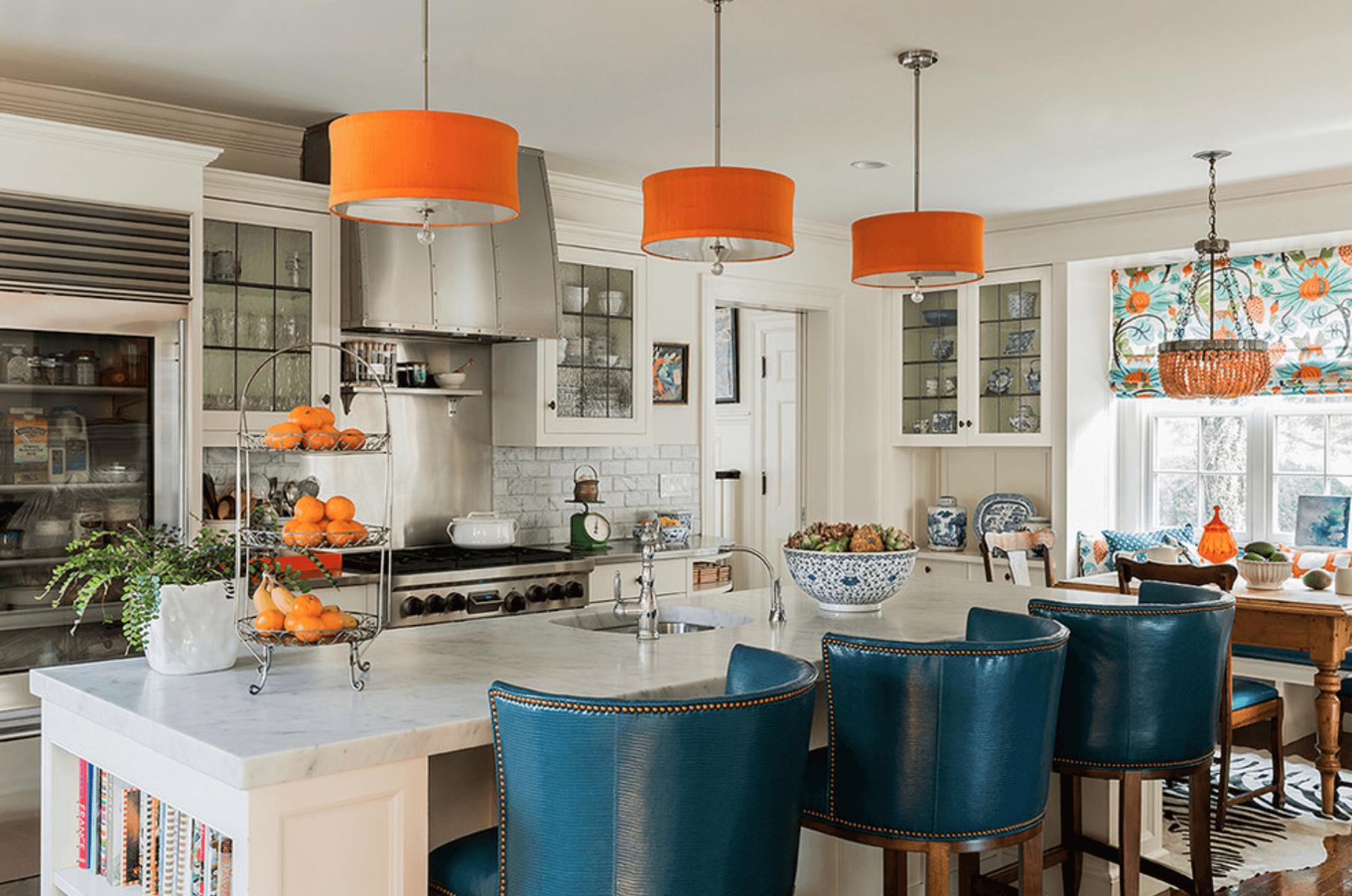 Синий и оранжевый цвета в белой кухне