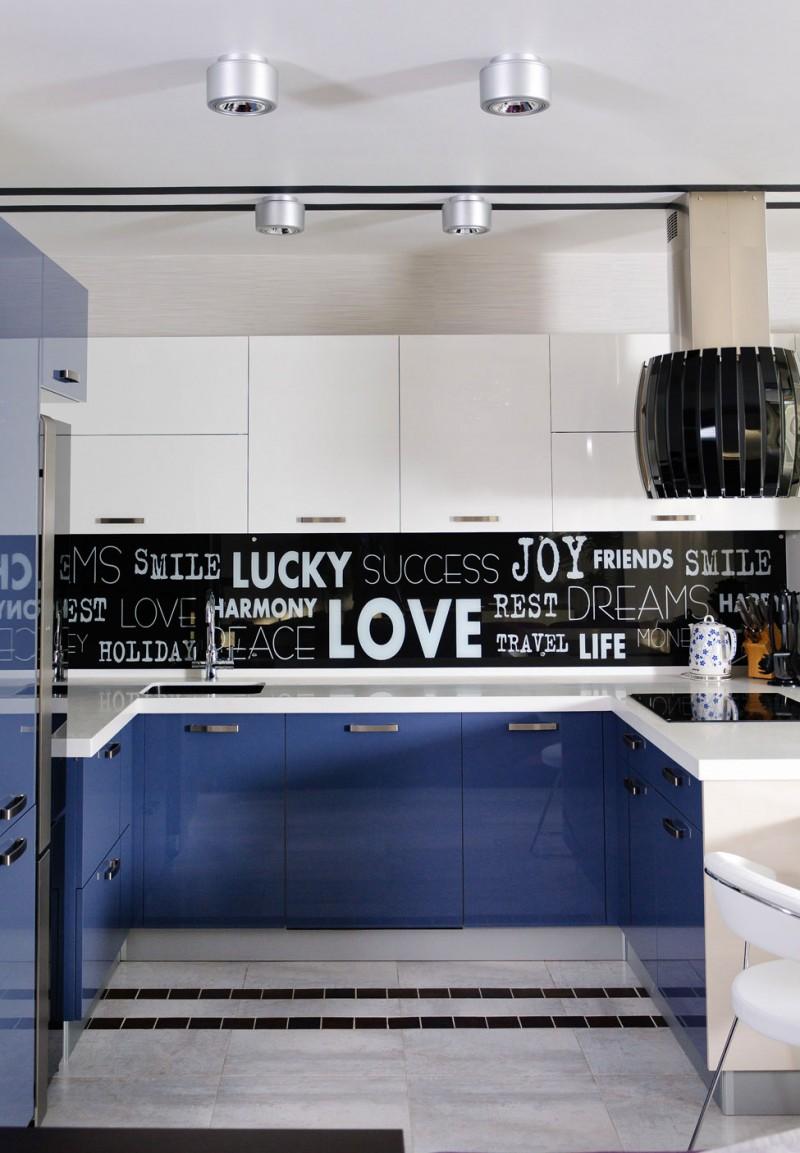 Сине-черная маленькая кухня