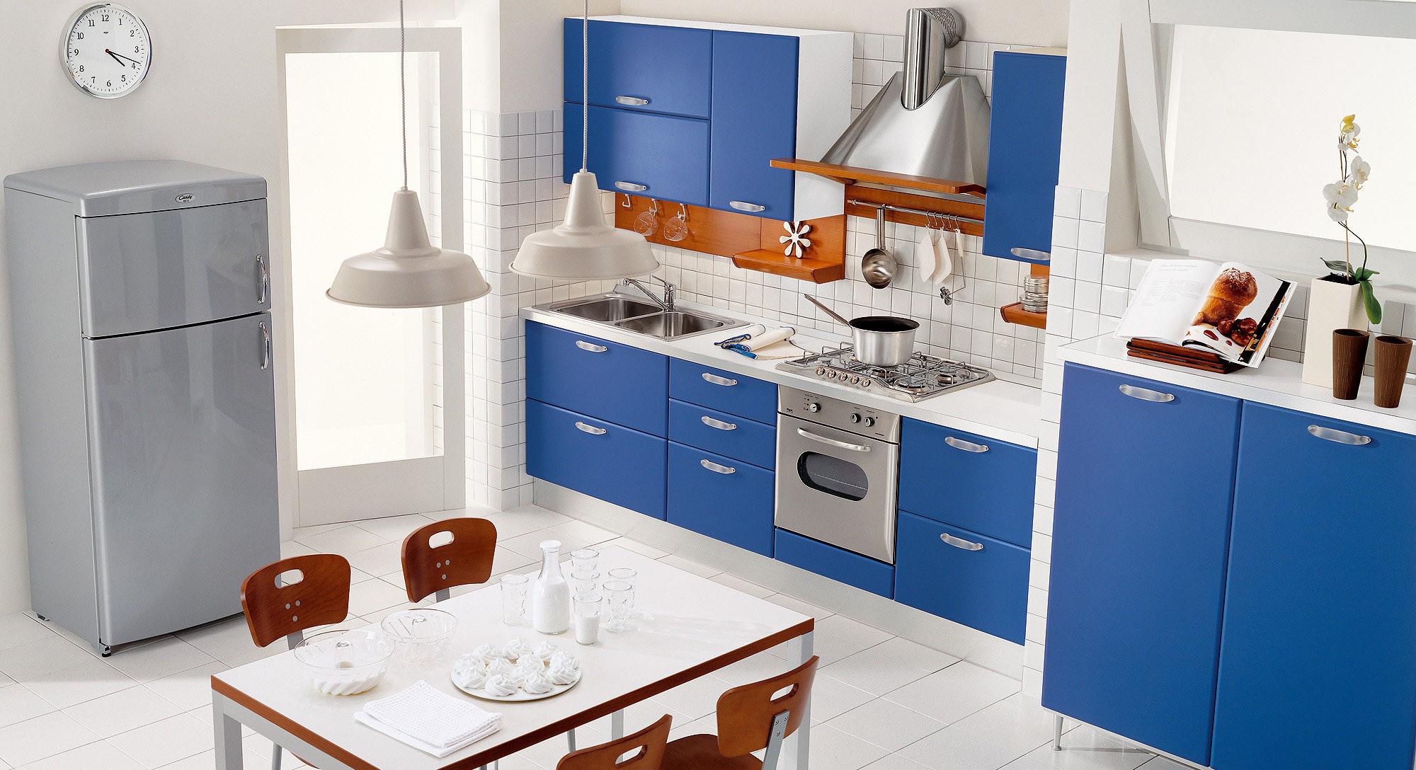 Бело-синяя кухня с коричневыми элементами