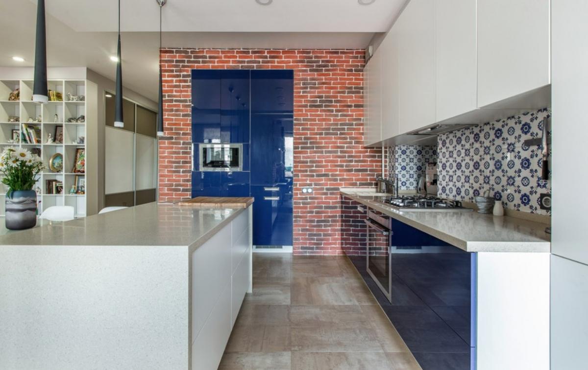 Сине-белый фасад кухни