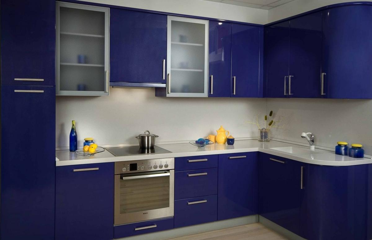 Сине-белая угловая глянцевая кухня