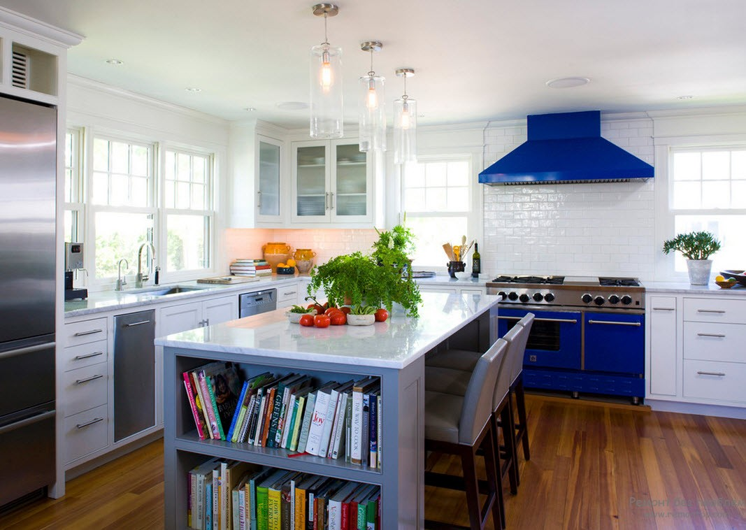 Синие элементы на бело-серой кухне