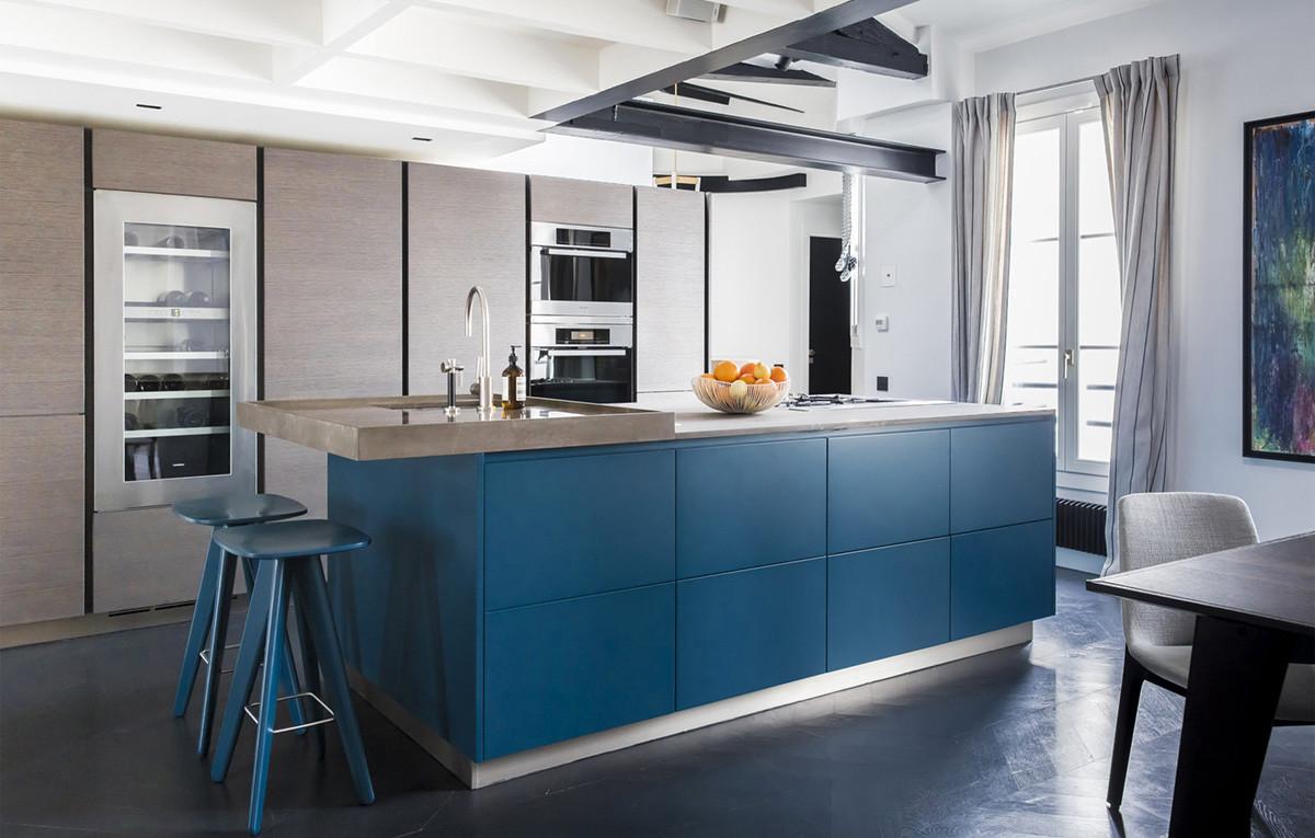 Синий приглушенный цвет в бело-серой кухне