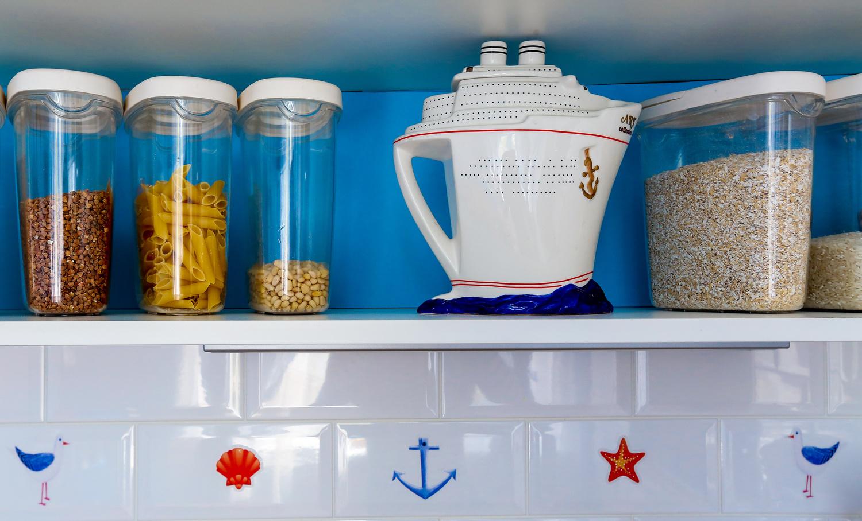 Аксессуары на сине-белой кухне