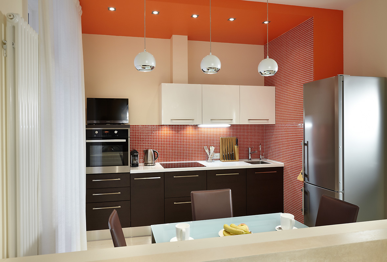 Красно-бежевая кухня