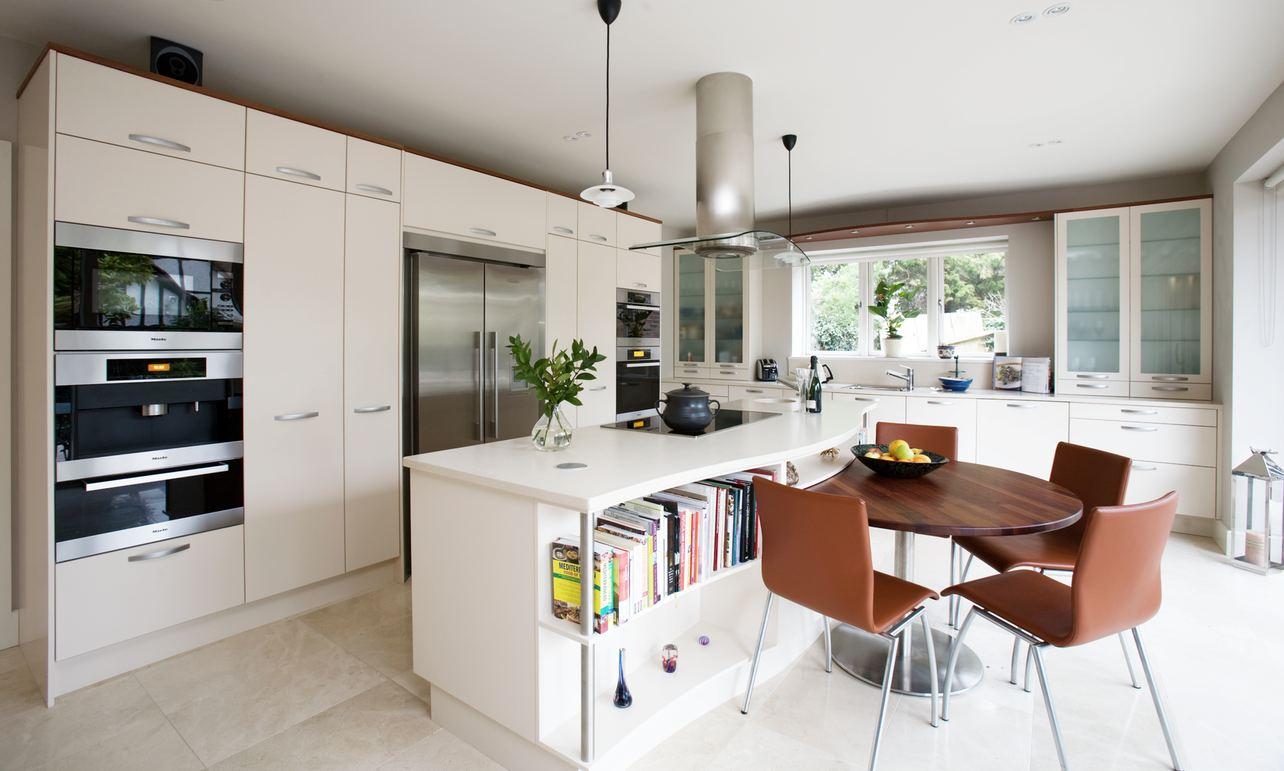 Коричнево-белая современная кухня