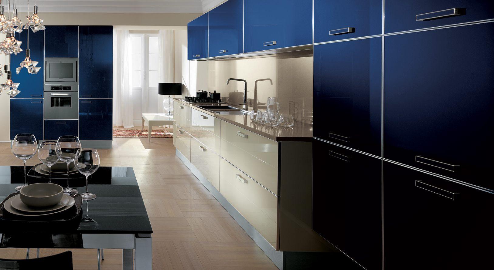 Бежево-синяя глянцевая кухня