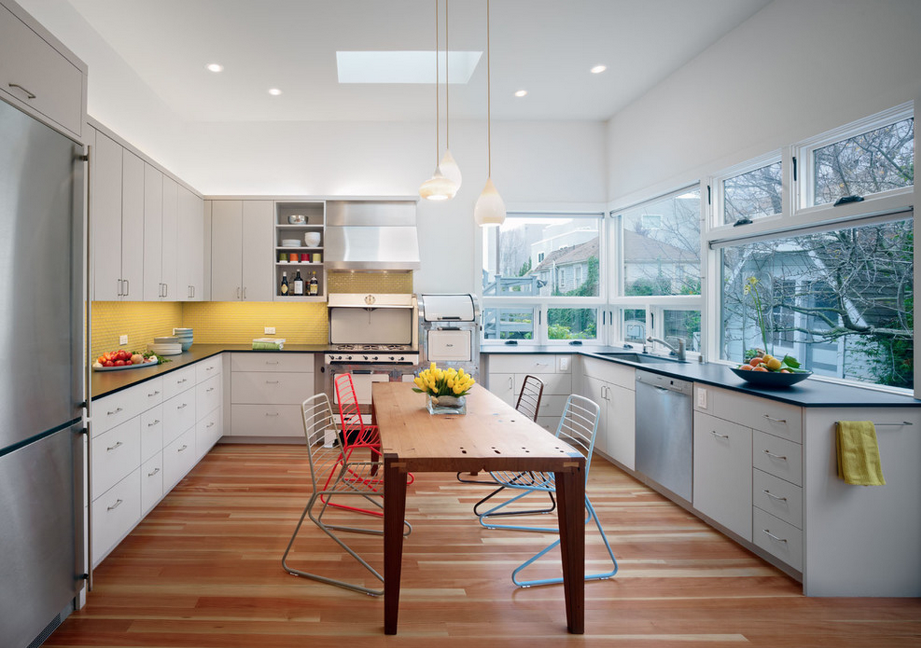 Желтый фартук в бело-коричневой кухне