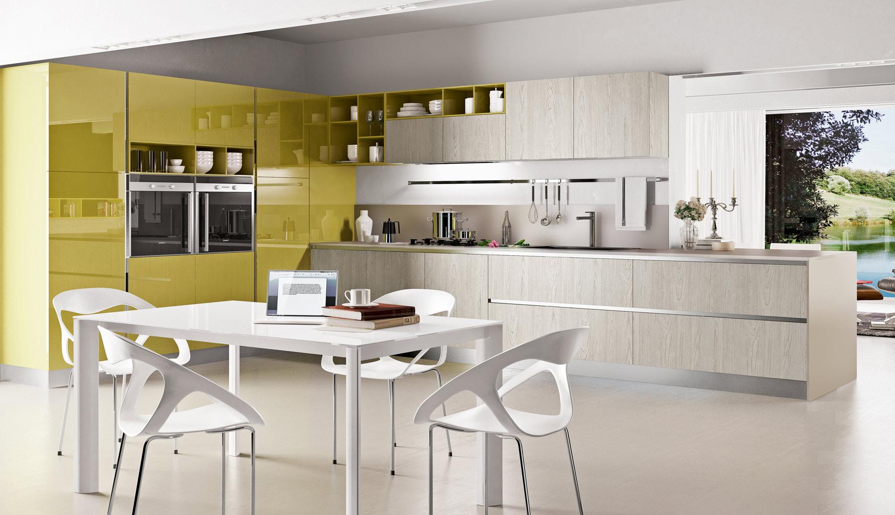 Бело-желтая кухня с обеденным столом