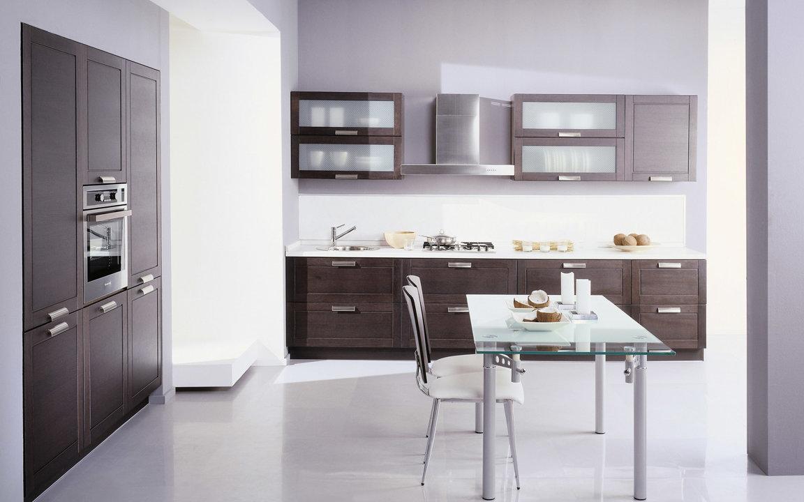 Коричнево-белая стильная кухня