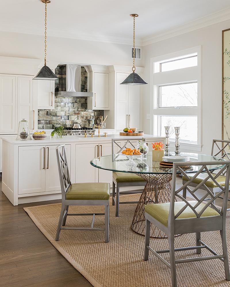 Оливковые акценты в бело-коричневой кухне