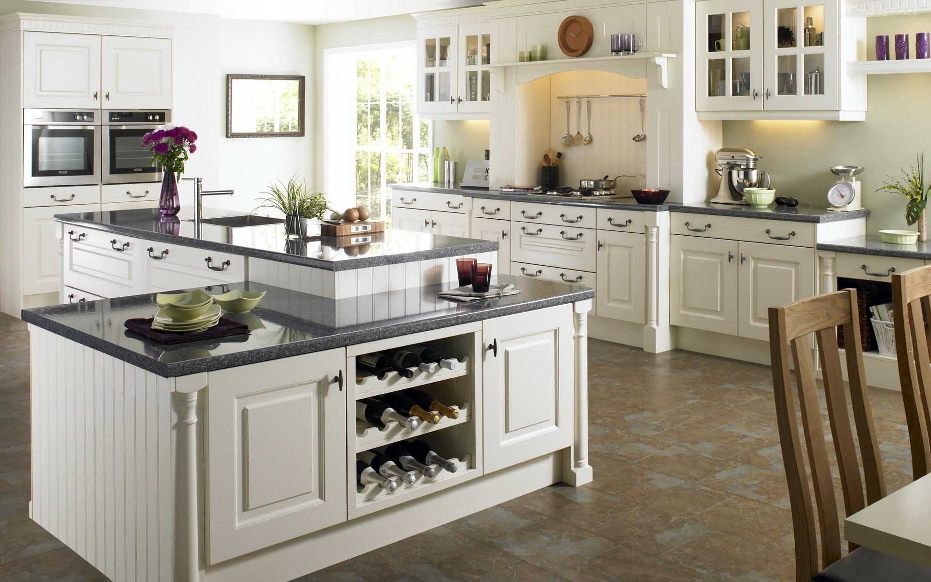 Бело-коричневая кухня с островом в стиле кантри