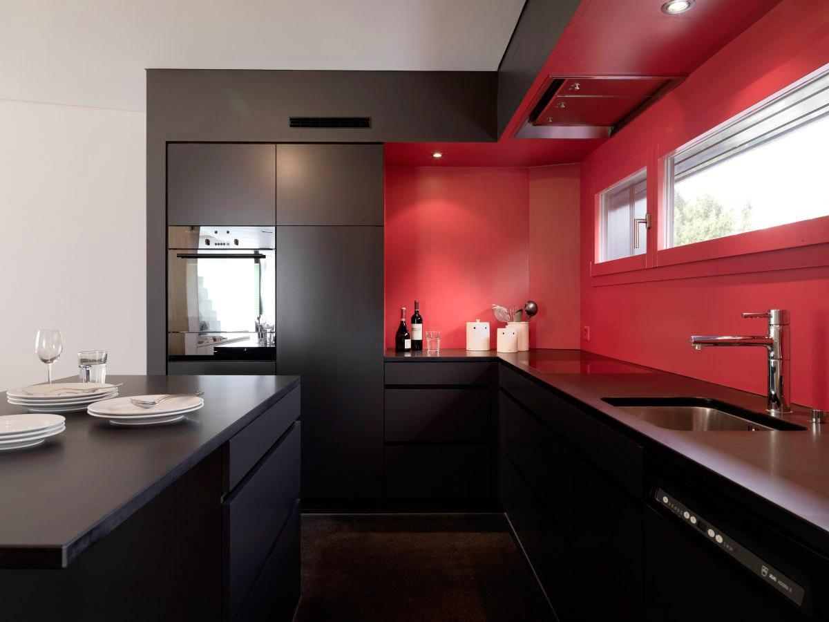 Черный, красный и белый цвета в стильной кухне