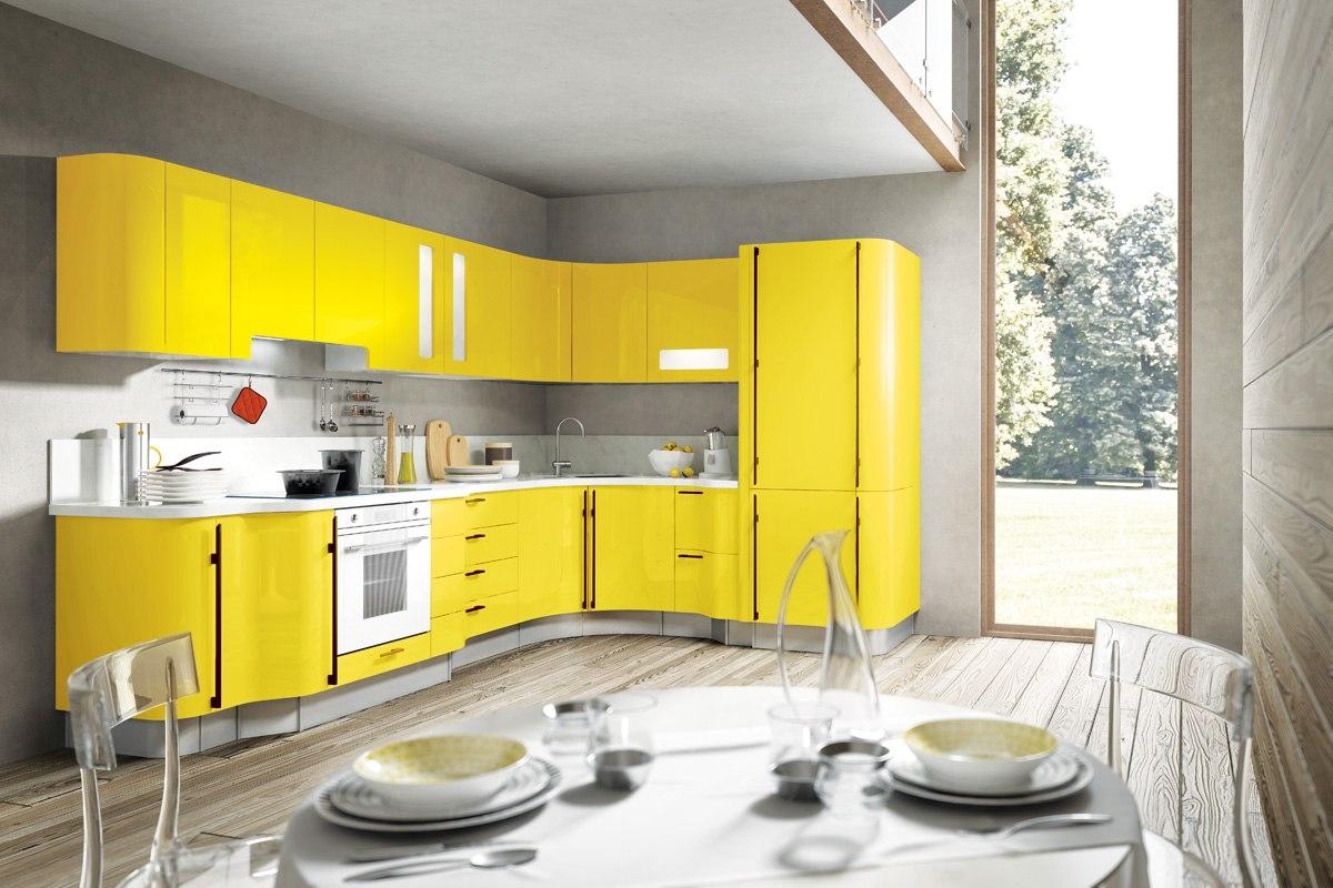 Желтый угловой гарнитур на кухне