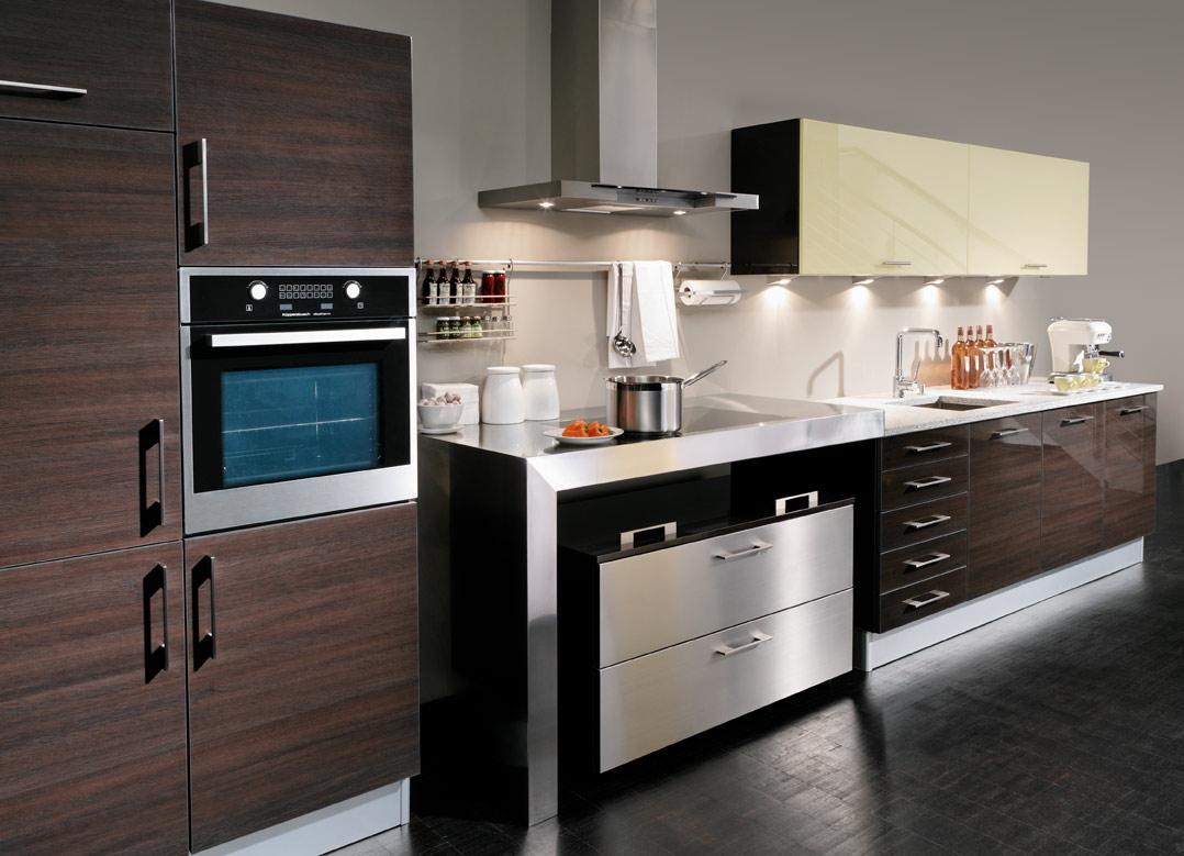 Венге, черный, серебристый и бежевый цвета на кухне в стиле модерн