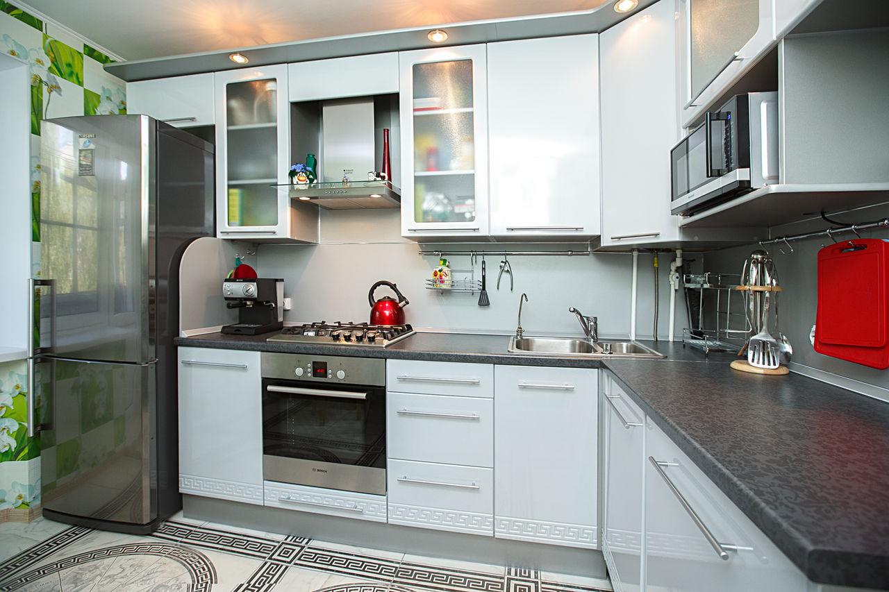 Бело-серая небольшая кухня в стиле модерн