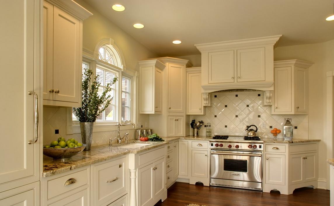 Угловой кремовый кухонный гарнитур из массива