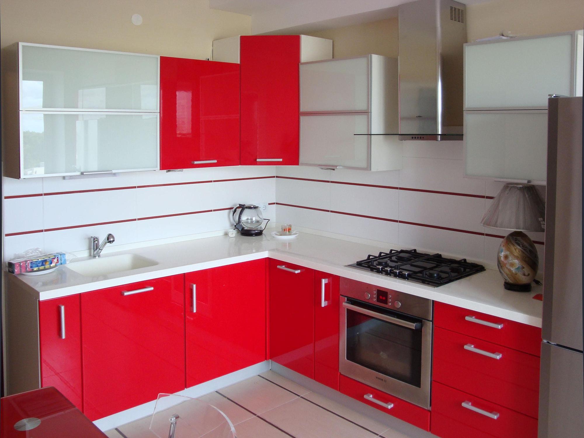 Угловой красно-белый современный кухонный гарнитур