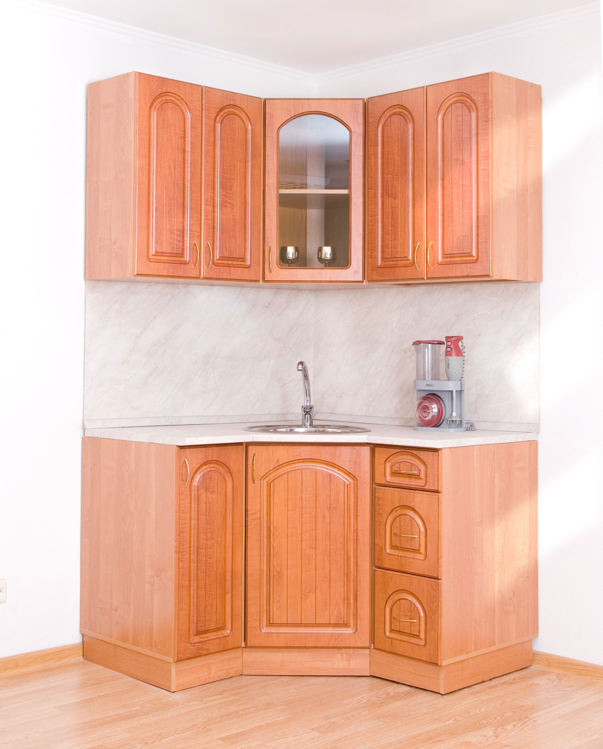 Угловой светло-коричневый кухонный гарнитур из массива