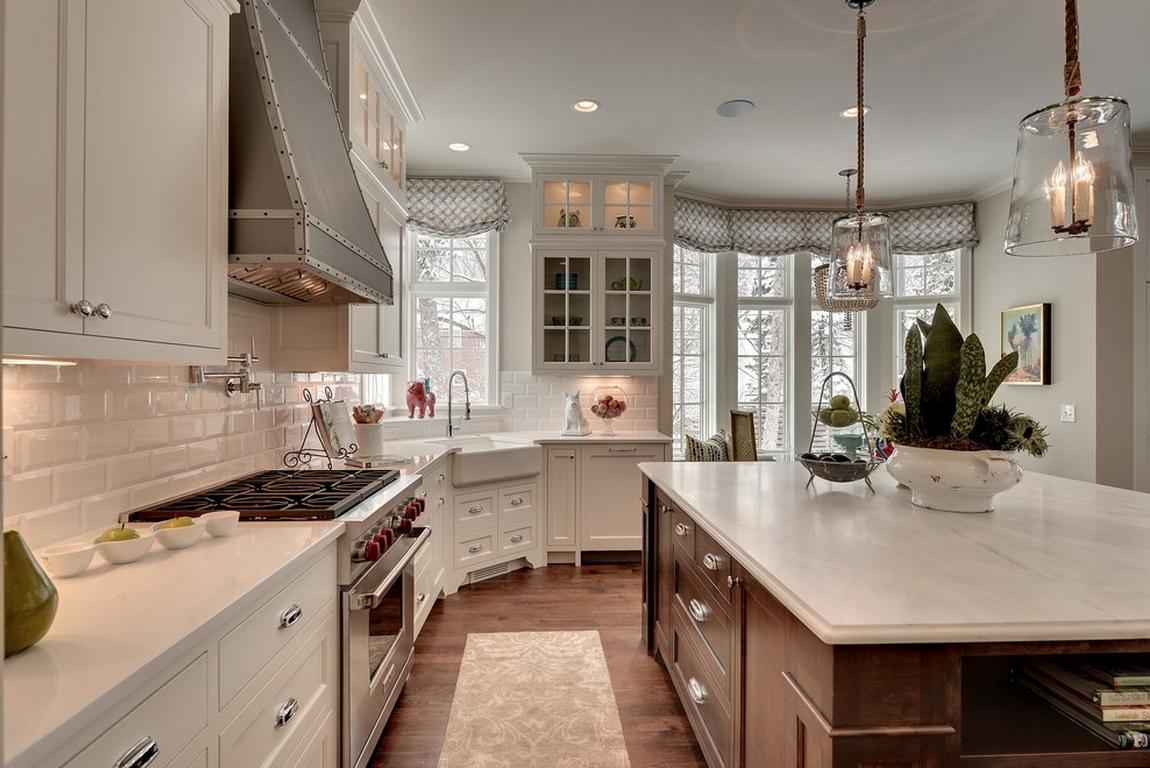 Угловой белый кухонный гарнитур из массива