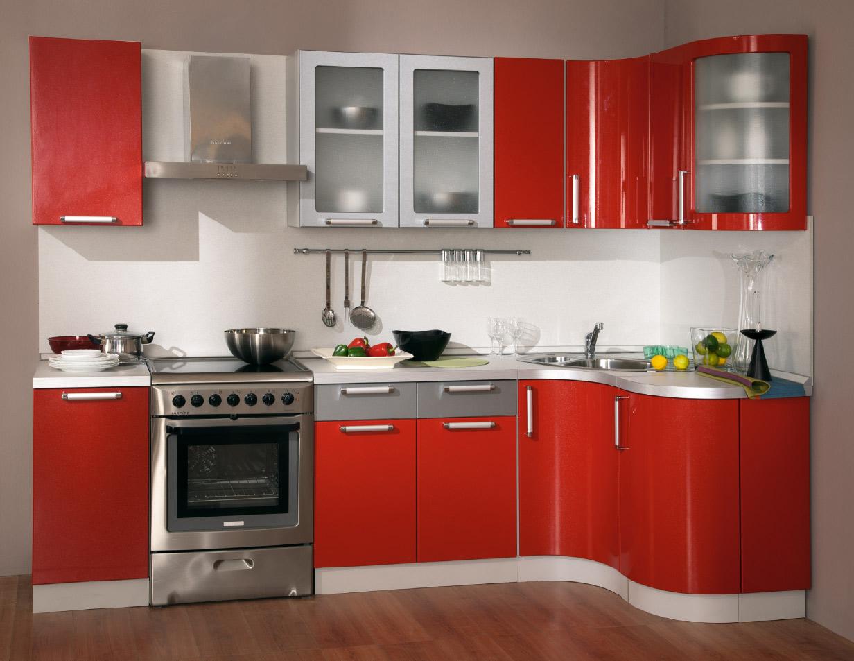 Серебристо-красный угловой гарнитур на кухне