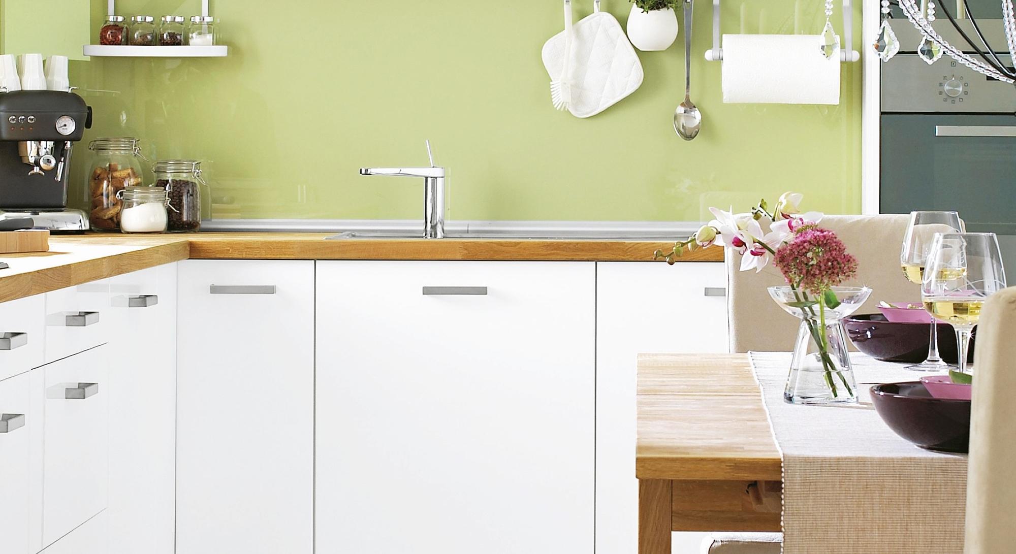 Угловой бело-коричневый кухонный гарнитур