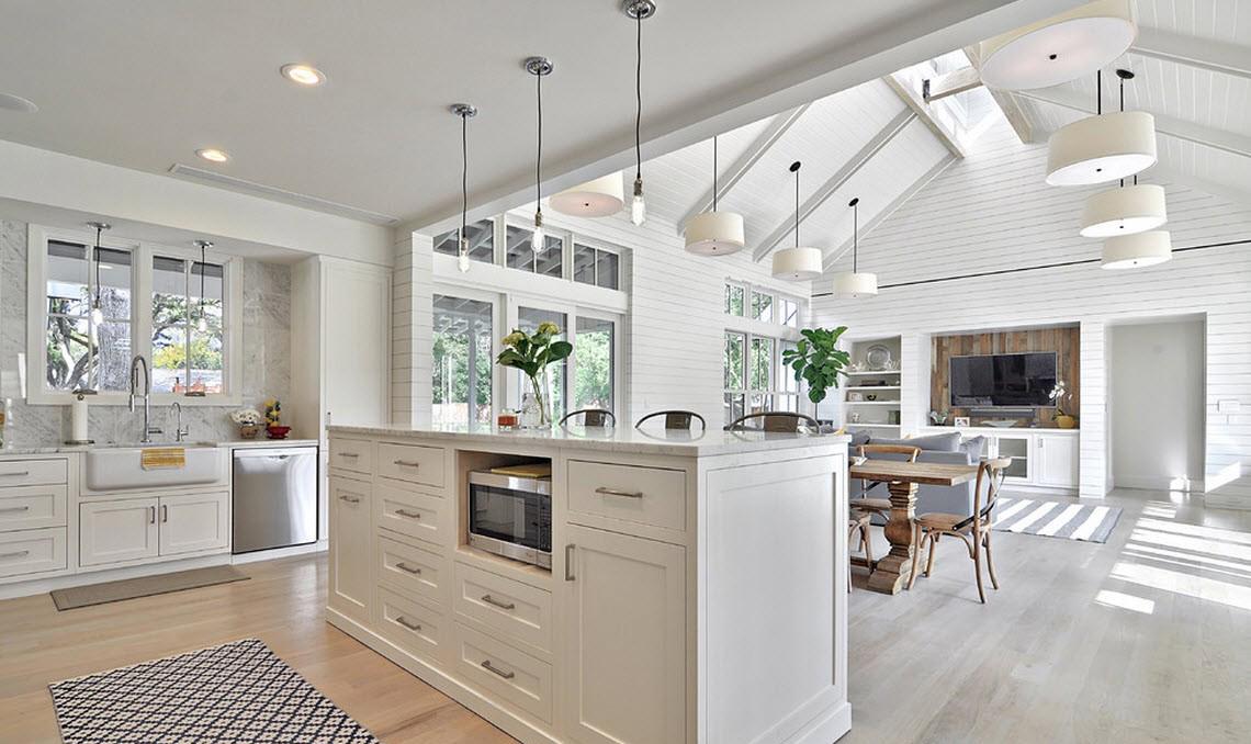 Совмещенная светлая кухня с островом в частном доме