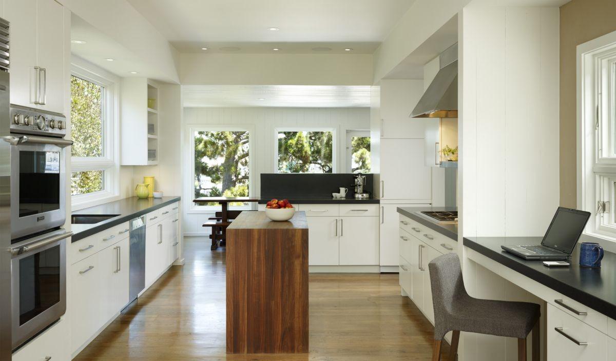 Квадратная кухня с островом и рабочим местом