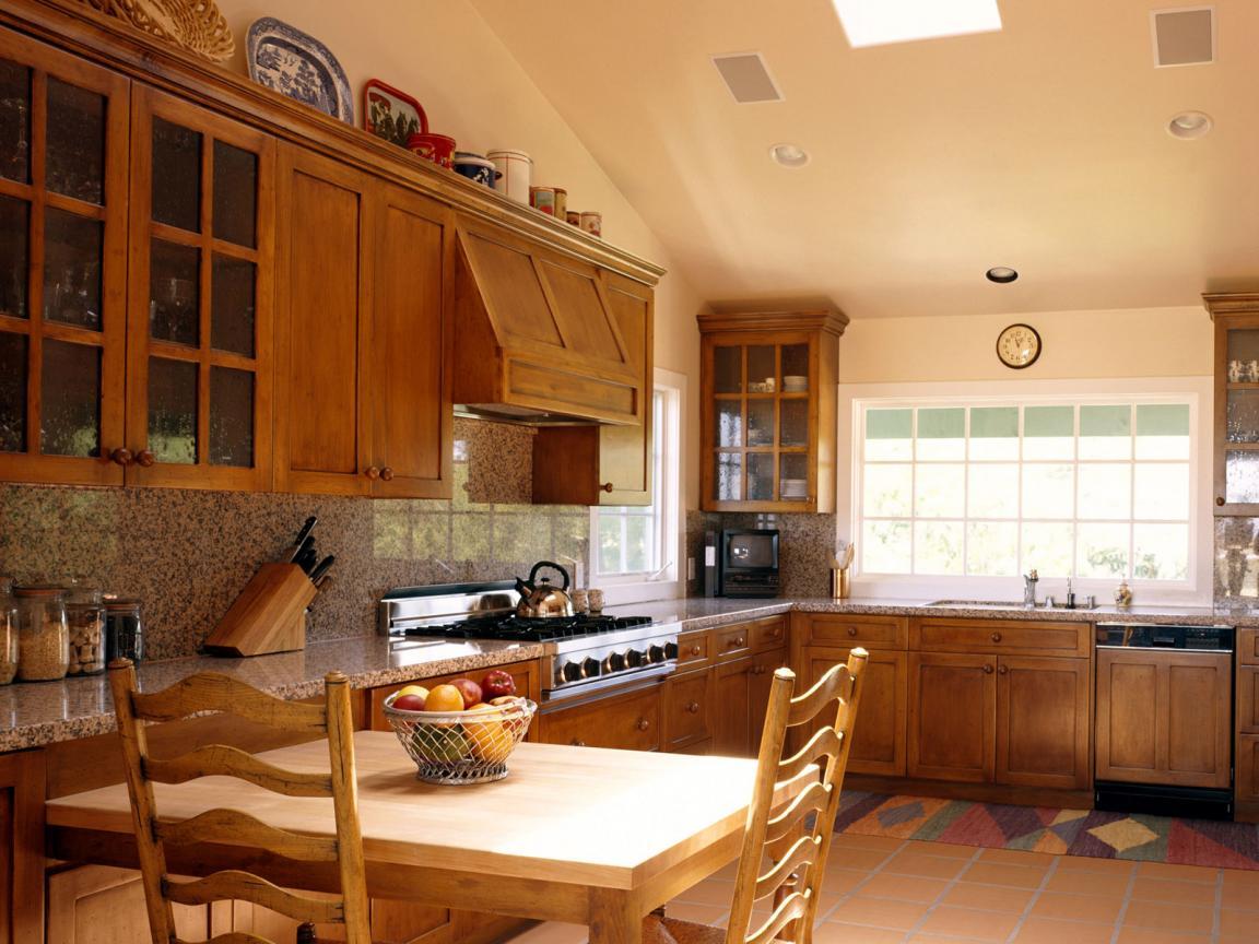 Уютная кухня с деревянной мебелью в частном доме