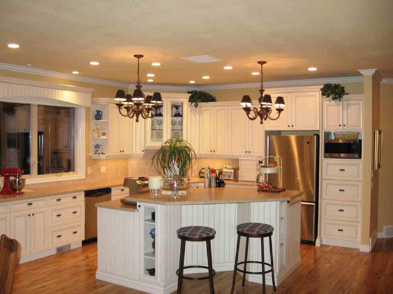 Угловая кухня с островом в доме