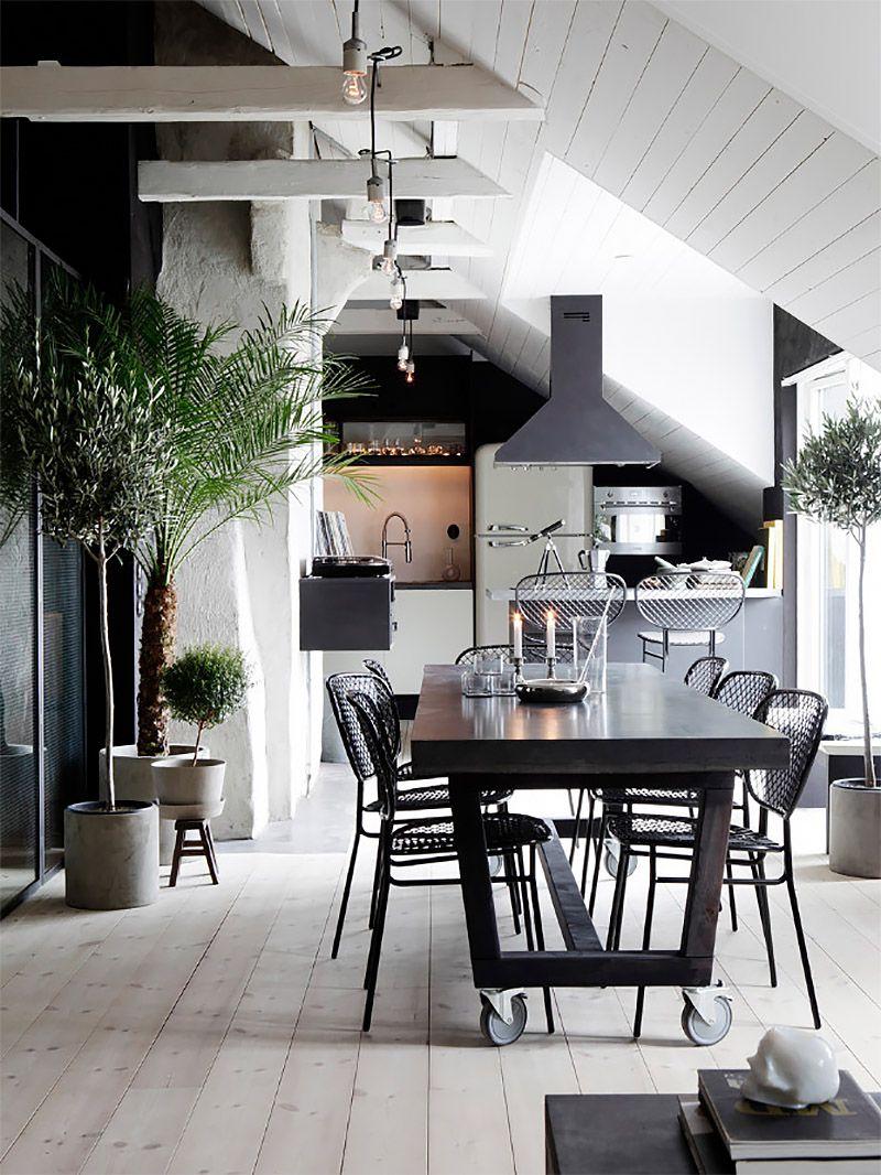 Стильная совмещенная черно-белая кухня